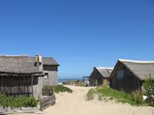 cabañas en la entrada a la playa de aguas dulces