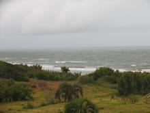 foto de un dia nublado y el mar agitado