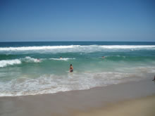 turista bañandose en el oceano
