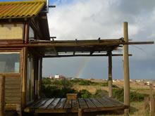 cabaña con arco iris de fondo