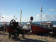 barcos pesqueros en la playa de punta del diablo