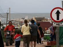 turistas recorriendo punta del diablo