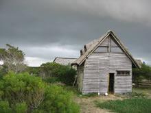 rancho bajo un cielo nublado de valizas